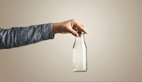 Khi nước ở Hà Nội bị nhiễm dầu, làm thế nào để rửa sạch da mặt?-1