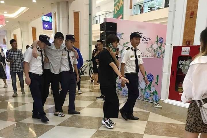 Giữa nghi án là chú rể của Văn Mai Hương, Bùi Anh Tuấn lê chân đau hát hit Cưới nhau đi-1