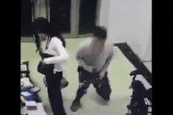 Clip: Gã đàn ông có hành động 'biến thái', liên tục ngửi mông cô gái khiến người xem... tí thì sặc!