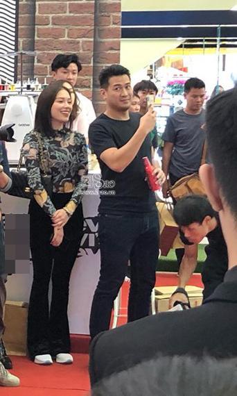 Tháp tùng nhau đi dự sự kiện, em chồng Hà Tăng chẳng ngại tình tứ với bạn gái hotgirl-3