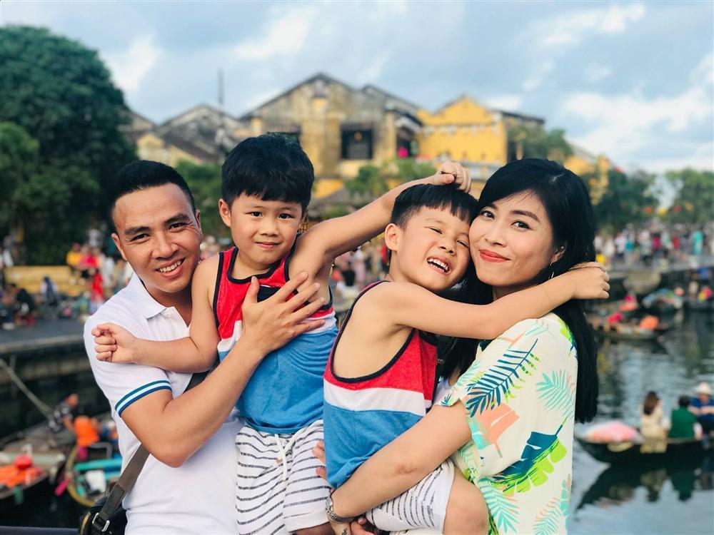 Nhắc nhẹ ông xã ngày 20/10, MC Hoàng Linh làm bao người bất ngờ với cuộc hôn nhân thứ 2-2