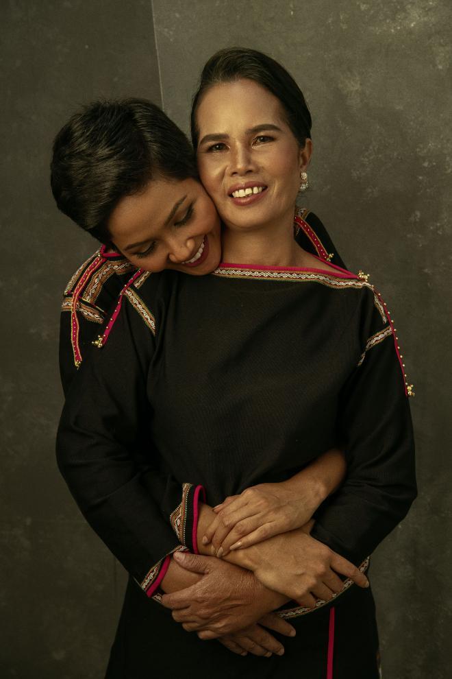Rũ hết hào quang lấp lánh, Mỹ Tâm - Nhã Phương - HHen Niê chỉ muốn làm đứa con bé bỏng bên người phụ nữ của cuộc đời-9