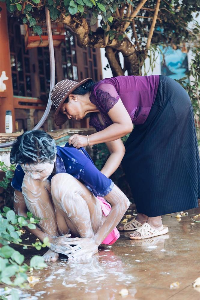 Rũ hết hào quang lấp lánh, Mỹ Tâm - Nhã Phương - HHen Niê chỉ muốn làm đứa con bé bỏng bên người phụ nữ của cuộc đời-10