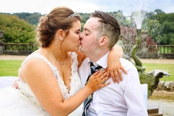 Mắc u não suốt 6 năm, chàng trai vẫn cầu hôn thành công và có đám cưới đẹp như mơ với bạn gái-1
