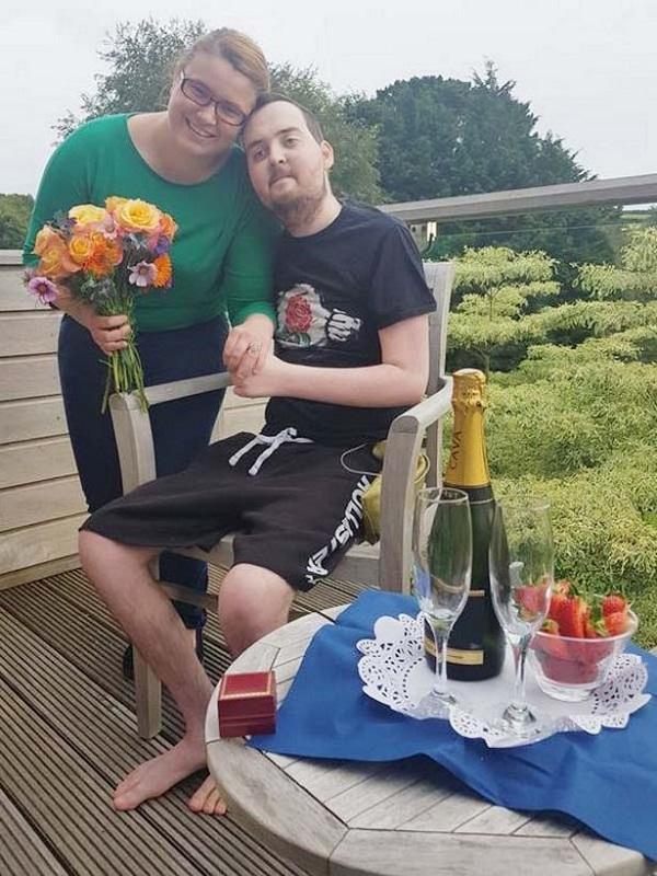 Mắc u não suốt 6 năm, chàng trai vẫn cầu hôn thành công và có đám cưới đẹp như mơ với bạn gái-3