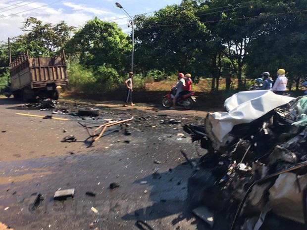 Bình Phước: Xe rước dâu đâm trực diện xe tải, 2 người bị thương nặng-1