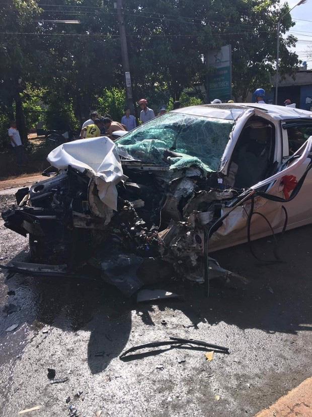 Bình Phước: Xe rước dâu đâm trực diện xe tải, 2 người bị thương nặng-2