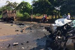 Bình Phước: Xe rước dâu đâm trực diện xe tải, 2 người bị thương nặng