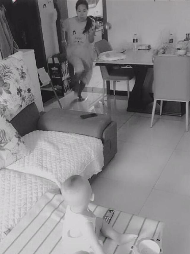 Lắp camera theo dõi vì nghĩ vợ lạnh nhạt với mình, chồng liền chứng kiến được cảnh tượng không thể đau lòng hơn-1