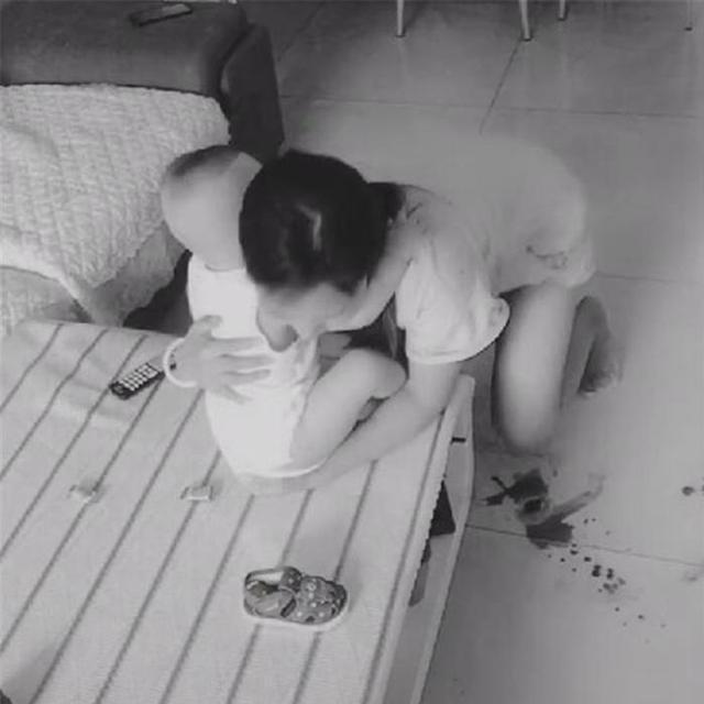 Lắp camera theo dõi vì nghĩ vợ lạnh nhạt với mình, chồng liền chứng kiến được cảnh tượng không thể đau lòng hơn-2