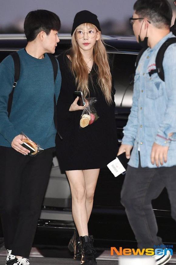 Taeyeon hậu đám tang Sulli: Nhan sắc xinh đẹp lạnh lùng với tóc vàng bạch kim nhưng vẫn mặc đồ đen-1