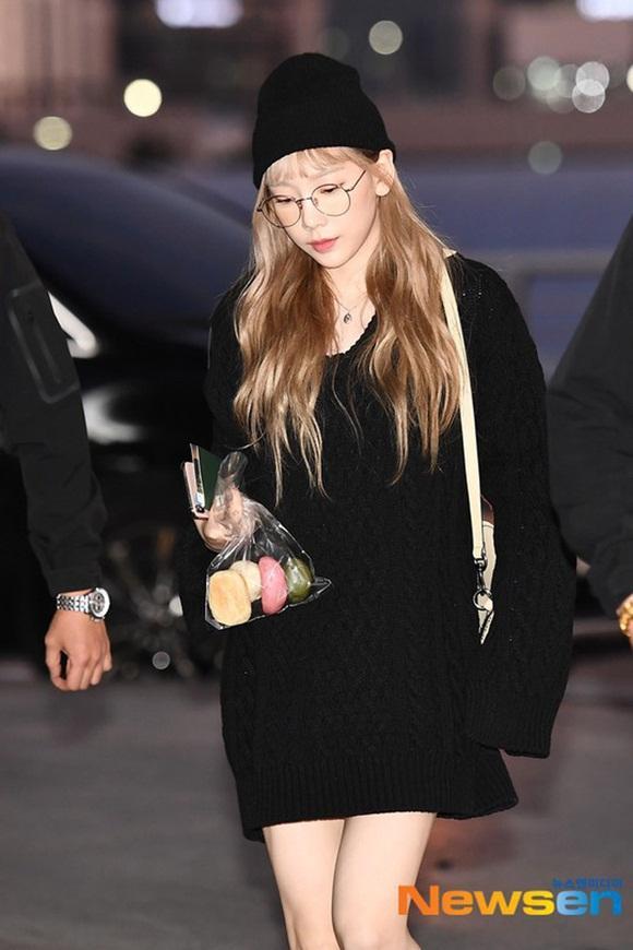 Taeyeon hậu đám tang Sulli: Nhan sắc xinh đẹp lạnh lùng với tóc vàng bạch kim nhưng vẫn mặc đồ đen-2