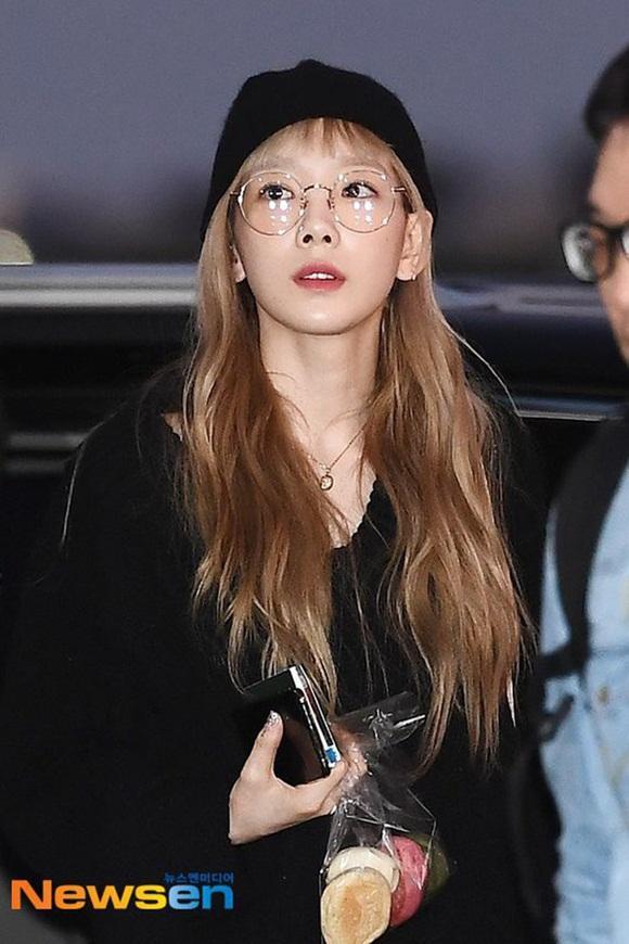 Taeyeon hậu đám tang Sulli: Nhan sắc xinh đẹp lạnh lùng với tóc vàng bạch kim nhưng vẫn mặc đồ đen-4