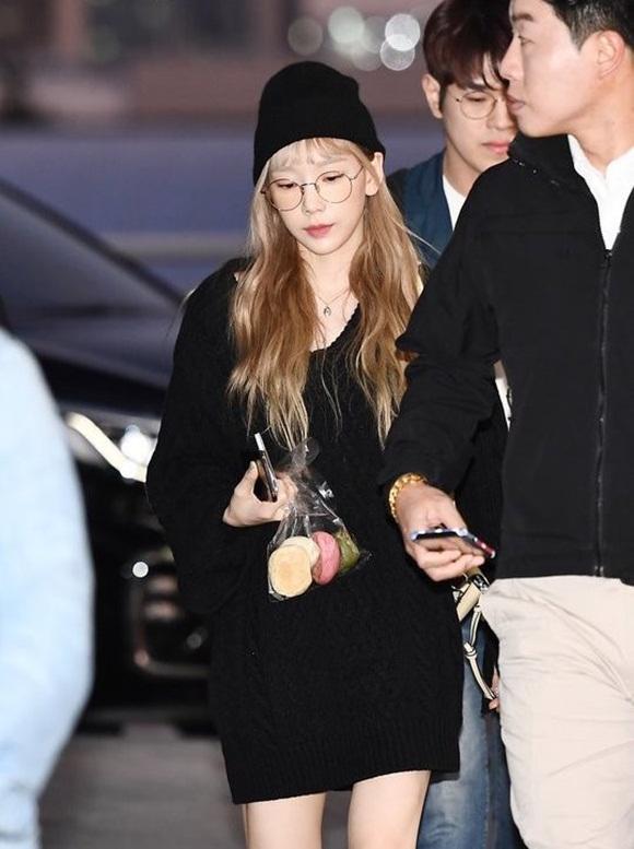 Taeyeon hậu đám tang Sulli: Nhan sắc xinh đẹp lạnh lùng với tóc vàng bạch kim nhưng vẫn mặc đồ đen-5