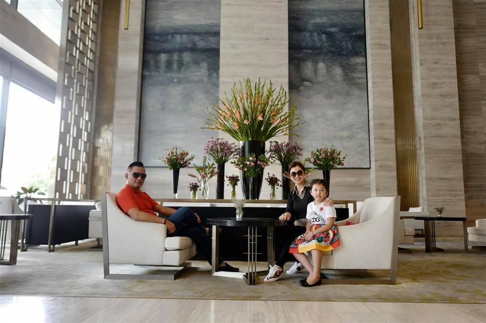 Hoa hậu Jennifer Phạm vác bụng bầu lớn đi chơi cùng ông xã đại gia-2