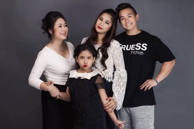 Nghệ sĩ Hồng Vân khoe quà ngày 20/10 nhưng ai cũng chỉ chú ý đến ngoại hình đổi khác của con gái út-1