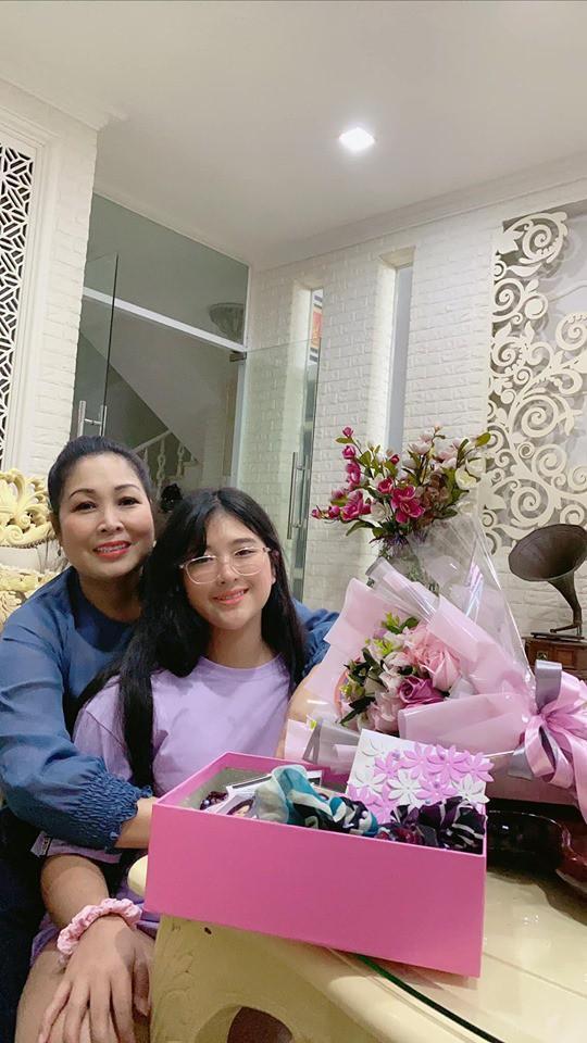 Nghệ sĩ Hồng Vân khoe quà ngày 20/10 nhưng ai cũng chỉ chú ý đến ngoại hình đổi khác của con gái út-3