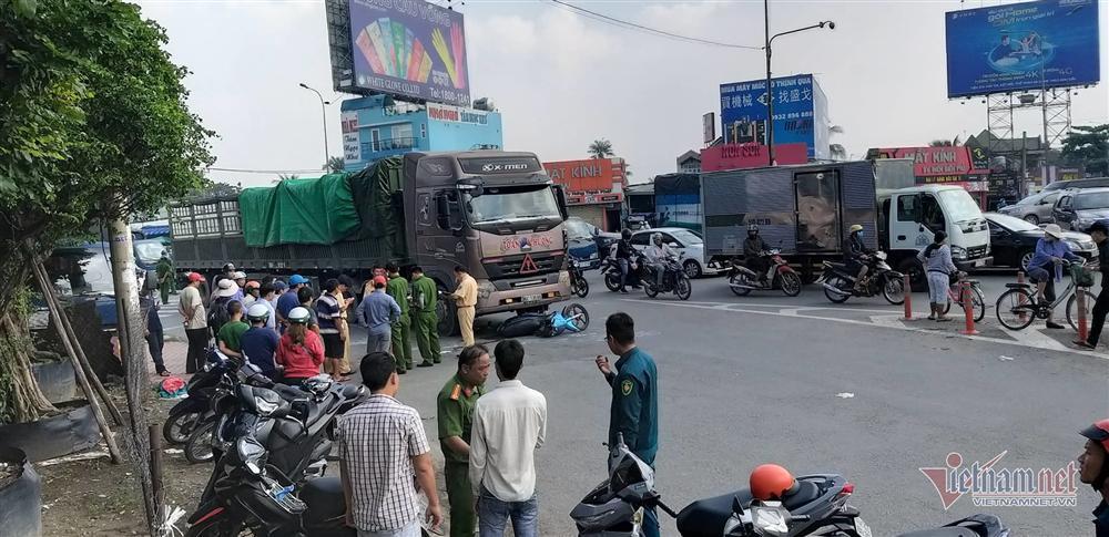Xe container kéo lê xe máy ở Sài Gòn, bố mẹ chết thảm, con gái nguy kịch-1