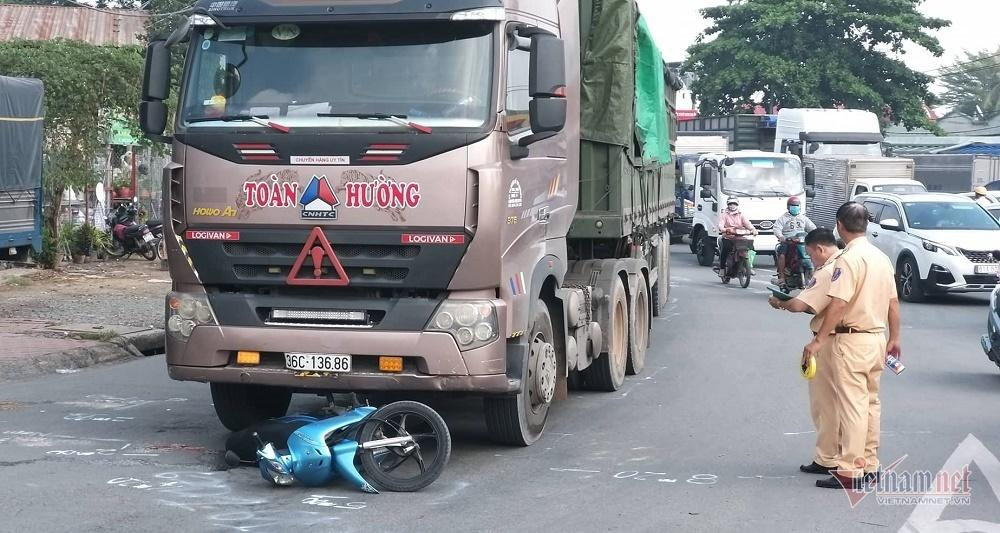 Xe container kéo lê xe máy ở Sài Gòn, bố mẹ chết thảm, con gái nguy kịch-2