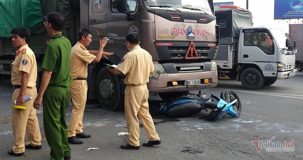 Xe container kéo lê xe máy ở Sài Gòn, bố mẹ chết thảm, con gái nguy kịch-3