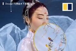 Mỹ nhân ngư Trung Quốc chỉ thích múa hát khi chìm trong làn nước