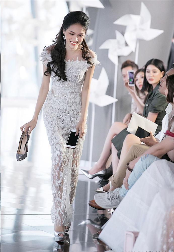 Mỹ nhân Việt ghi điểm với hành động đẹp, cứu đồng nghiệp trên sàn diễn thời trang-4