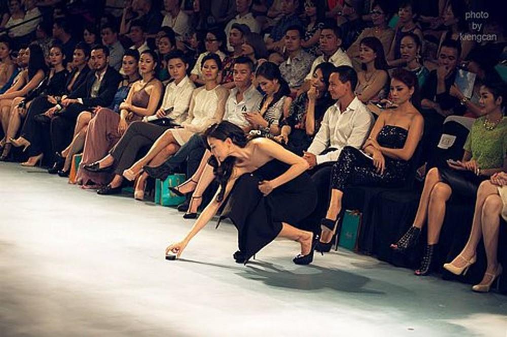 Mỹ nhân Việt ghi điểm với hành động đẹp, cứu đồng nghiệp trên sàn diễn thời trang-7