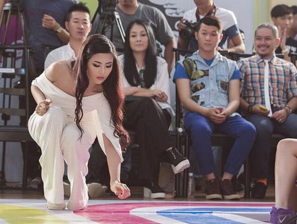 Mỹ nhân Việt ghi điểm với hành động đẹp, cứu đồng nghiệp trên sàn diễn thời trang-8