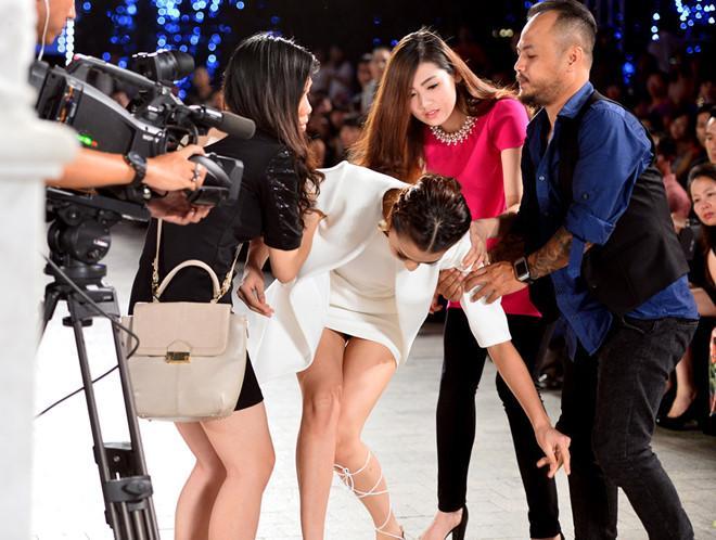 Mỹ nhân Việt ghi điểm với hành động đẹp, cứu đồng nghiệp trên sàn diễn thời trang-10
