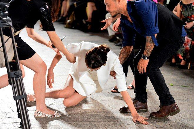 Mỹ nhân Việt ghi điểm với hành động đẹp, cứu đồng nghiệp trên sàn diễn thời trang-9