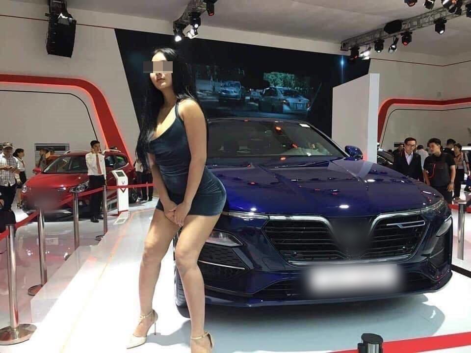Xuất hiện Can Lộ Lộ phiên bản Việt: Hồn nhiên đến Motor Show nằm quằn quại, cố tình lộ hàng dù không được mời-2