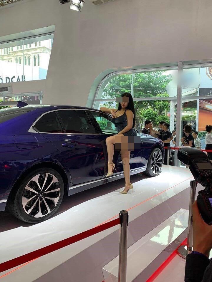 Xuất hiện Can Lộ Lộ phiên bản Việt: Hồn nhiên đến Motor Show nằm quằn quại, cố tình lộ hàng dù không được mời-4
