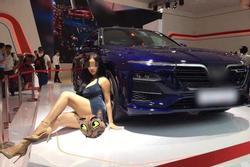 Người mẫu Võ Huỳnh Ngọc Phụng bị nghi cố tình lộ ngực ở Vietnam Motor Show 2019