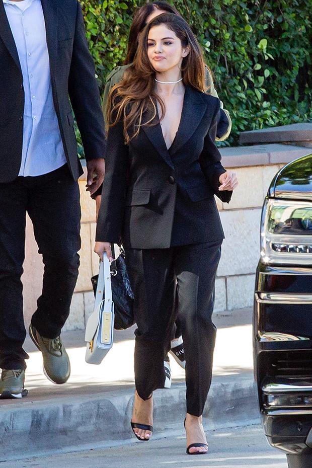 Selena Gomez chuộng mốt thả rông hoặc để lộ nội y khi diện suit-1