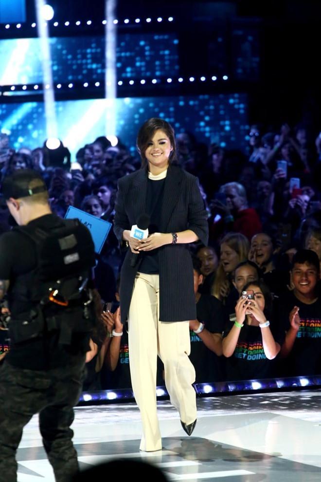 Selena Gomez chuộng mốt thả rông hoặc để lộ nội y khi diện suit-3