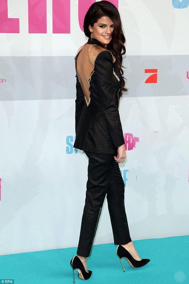 Selena Gomez chuộng mốt thả rông hoặc để lộ nội y khi diện suit-5