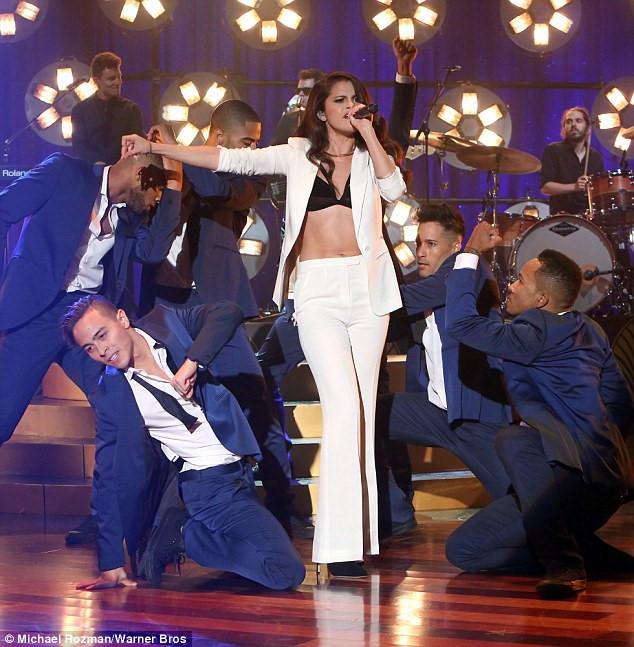 Selena Gomez chuộng mốt thả rông hoặc để lộ nội y khi diện suit-7