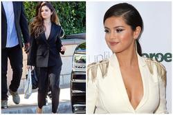 Selena Gomez chuộng mốt thả rông hoặc để lộ nội y khi diện suit