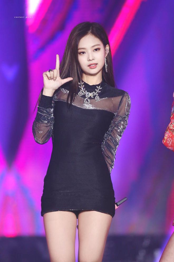 Jennie thích diện cả cây đen, váy áo bó sát khoe body hút mắt-2