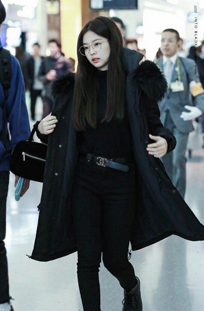 Jennie thích diện cả cây đen, váy áo bó sát khoe body hút mắt-3