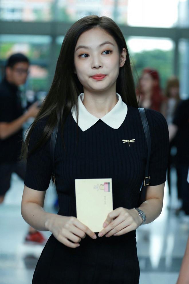 Jennie thích diện cả cây đen, váy áo bó sát khoe body hút mắt-4