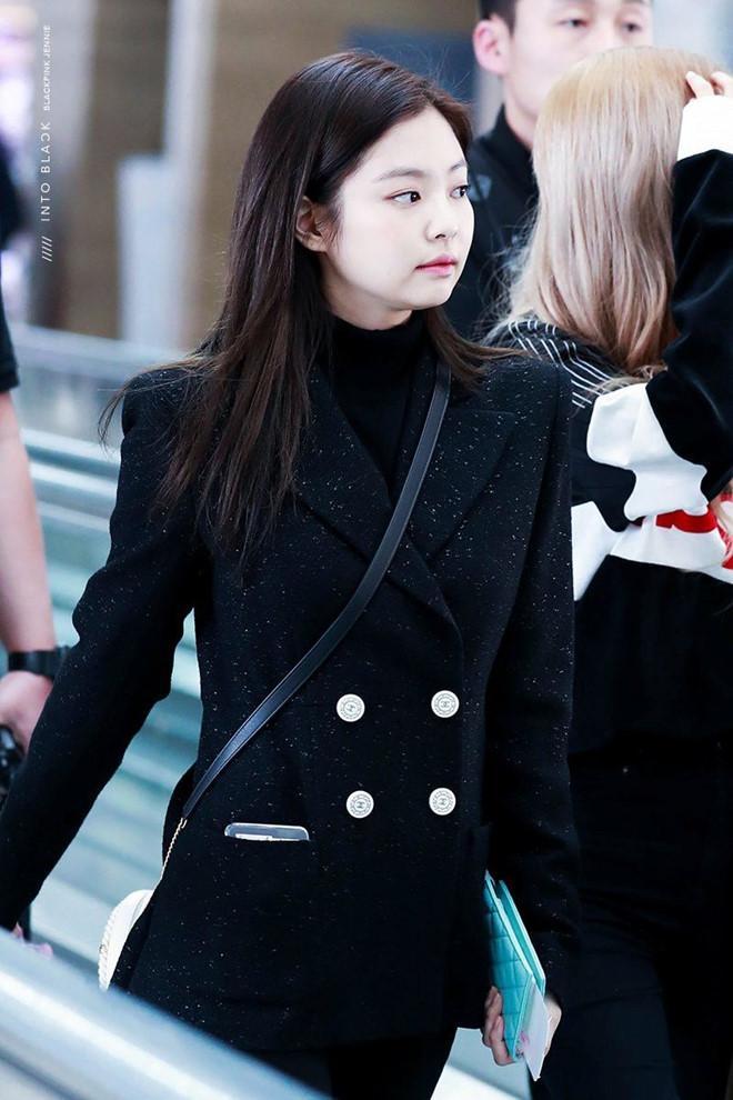 Jennie thích diện cả cây đen, váy áo bó sát khoe body hút mắt-5