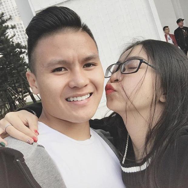 Bà chủ Sài Gòn vướng nghi vấn hẹn hò Quang Hải viết status ẩn ý giữa lúc cầu thủ thân mật với gái xinh 1m52-1