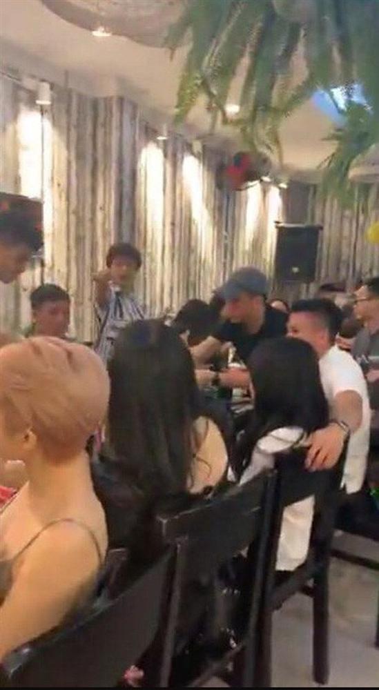 Bà chủ Sài Gòn vướng nghi vấn hẹn hò Quang Hải viết status ẩn ý giữa lúc cầu thủ thân mật với gái xinh 1m52-3