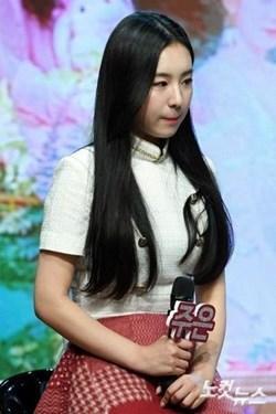Lịch sử Kpop lần đầu xảy ra: Nữ idol thú nhận quá khứ hút thuốc, rượu chè ngay tại họp báo debut