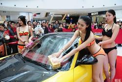 Can Lộ Lộ và những cô gái sống bằng nghề khoe thân ở triển lãm xe hơi