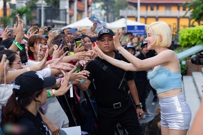 DJ nổi tiếng Hàn Quốc ăn mặc nóng bỏng khi gặp fan Việt-6