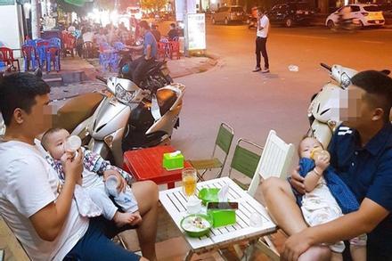 Hẹn nhau đi uống nước, 2 ông bố cùng phải ôm con cho vợ đi chơi - bức ảnh gây 'sốt' ngày cuối tuần