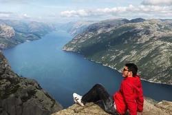 Check-in mỏm đá cao 610 m đẹp nhưng nguy hiểm ở Na Uy