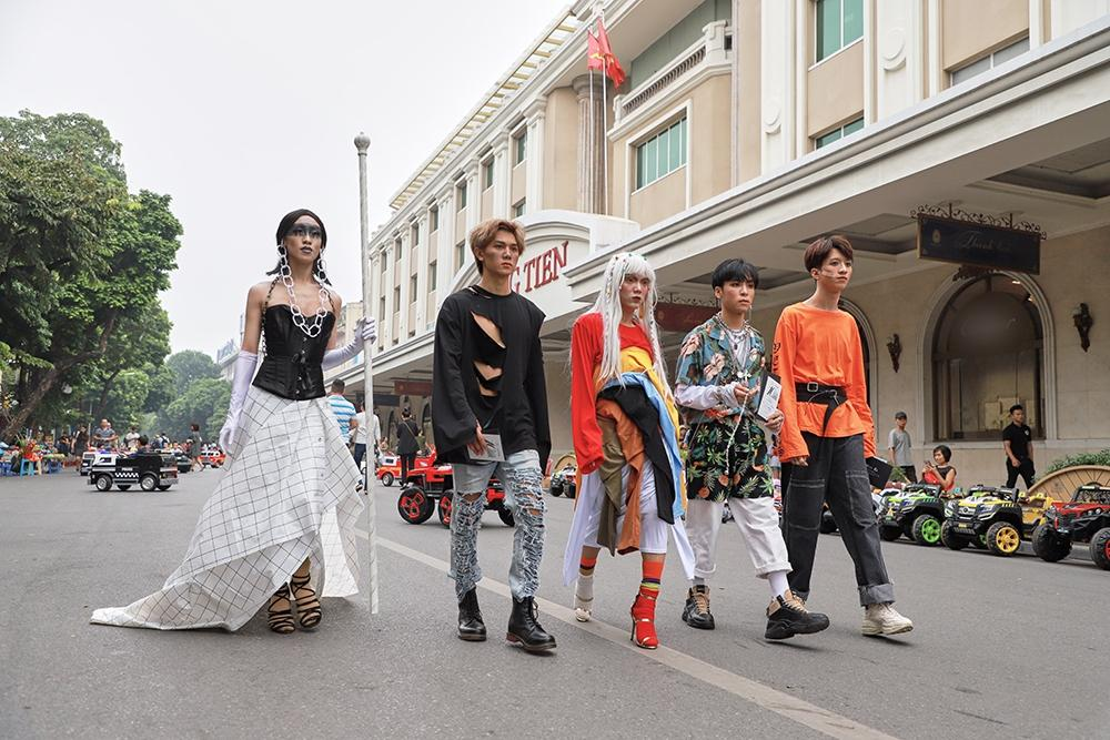 Street style tại Vietnam Fashion Week: mèo Thoại nổi nhất tập đoàn giả gái, có cả người cosplay Sơn Tùng M-TP-5
